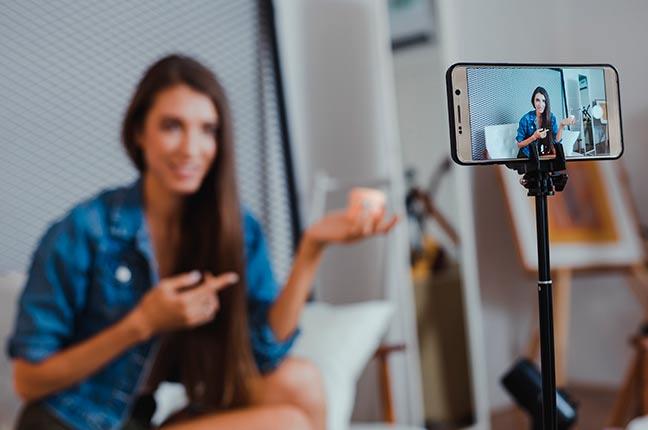 mulher gravando vídeo para youtube