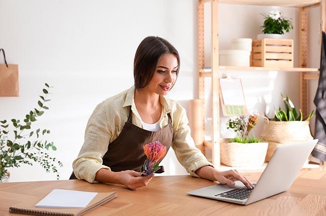 florista fazendo venda online